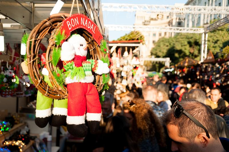 Barcelona, Spanien - 06 dicember 2018: Wunsch der frohen Weihnachten, der den Bon nadal in der katalanischen Sprache mit Dekorati stockfotos