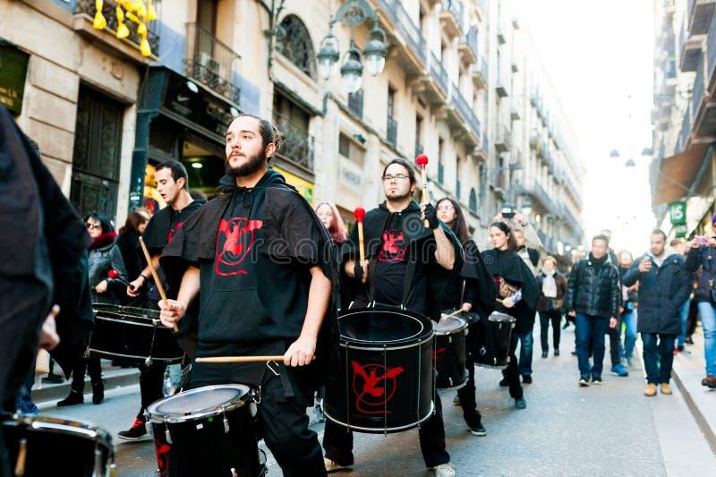 Barcelona Spanien - Februari 9 2018: batucadaen ståtar i gatorna av barcelona under populära karnevalberömmar royaltyfri fotografi
