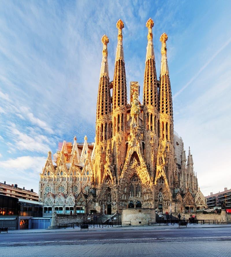 BARCELONA SPANIEN - FEBRUARI 10: La Sagrada Familia - den mäktiga domkyrkan som planläggs av Gaudi, som är byggande efter 19 royaltyfria bilder