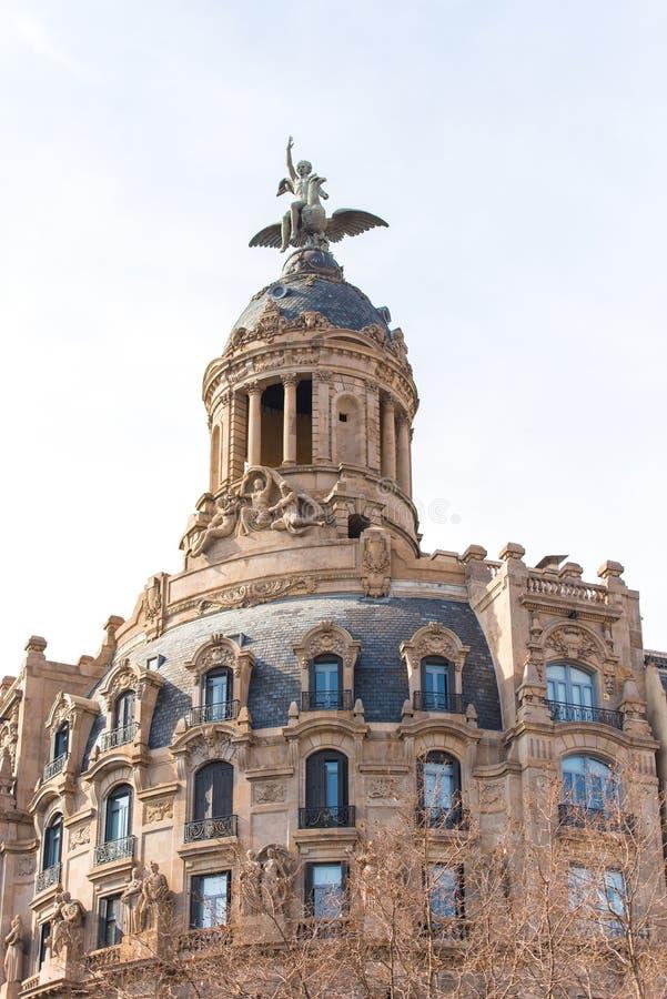 BARCELONA SPANIEN - FEBRUARI 16, 2017: Launion y el Fenix Barcelona - Passeig de Gracia - Barcelones Kopiera utrymme för text royaltyfri bild