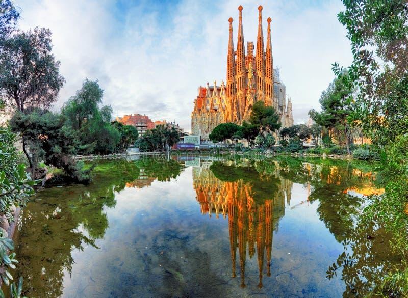 BARCELONA SPANIEN - FEBRUARI 10: Sikt av Sagradaen Familia arkivfoto
