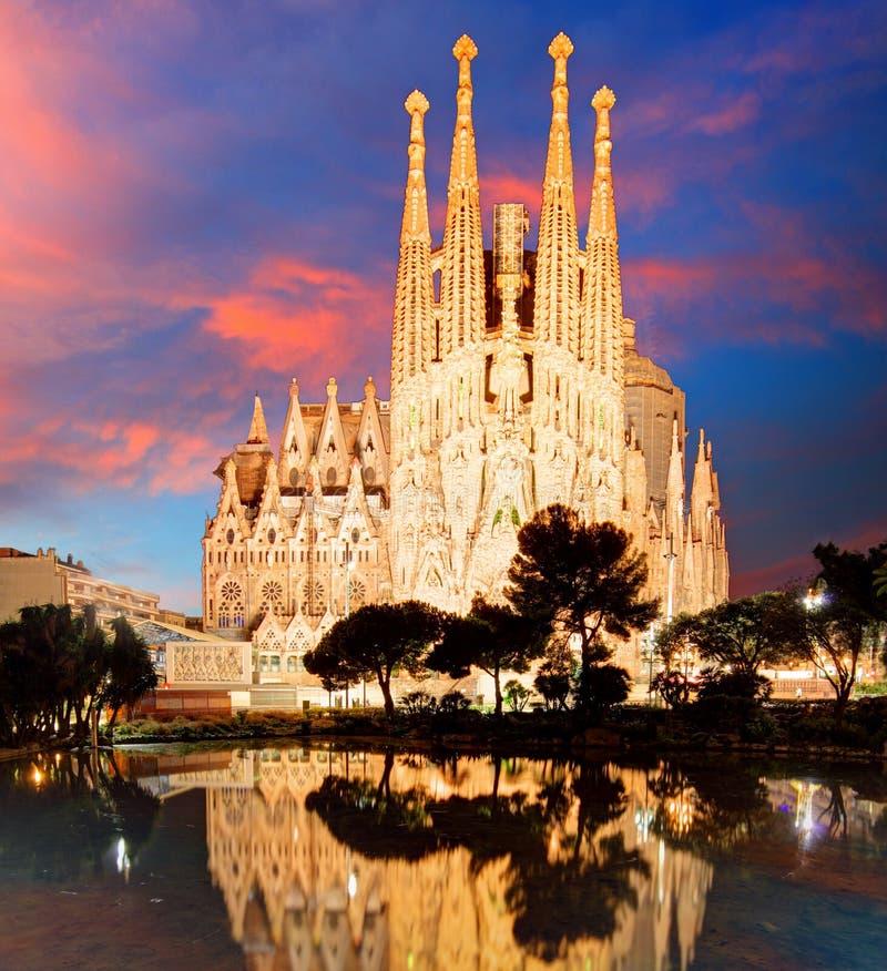 BARCELONA SPANIEN - FEBRUARI 10: Sikt av Sagradaen Familia, ett stort royaltyfri fotografi
