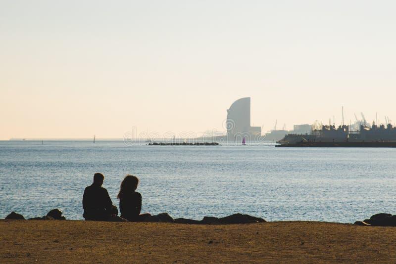 Barcelona Spanien - 05 12 2018: Härlig dag med folk som kopplar av på stranden arkivfoto