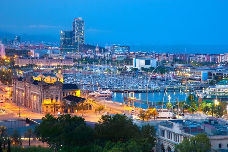Barcelona Spanien horisont på natten arkivfoto