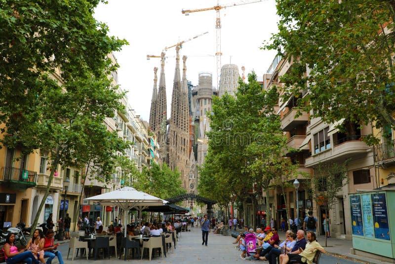 BARCELONA, SPANIEN - 13. JULI 2018: Ansicht Sagrada Familia von Straße Avinguda de GaudÃ, Barcelona, Spanien stockbilder