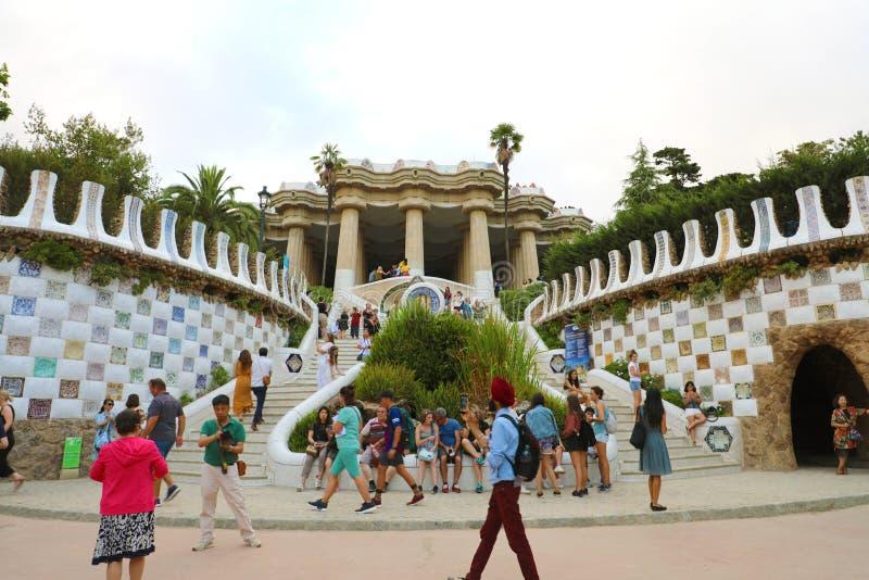 BARCELONA SPANIEN - JULI 13, 2018: att besöka för turister som är berömt, parkerar royaltyfri fotografi