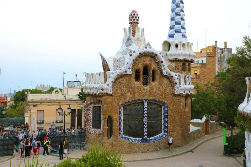 BARCELONA SPANIEN - JULI 13, 2018: byggnad i ingången av Park GÃ ¼engelsk aln planlade vid arkitekten Antoni GaudÃ, Barcelona, Sp royaltyfria foton