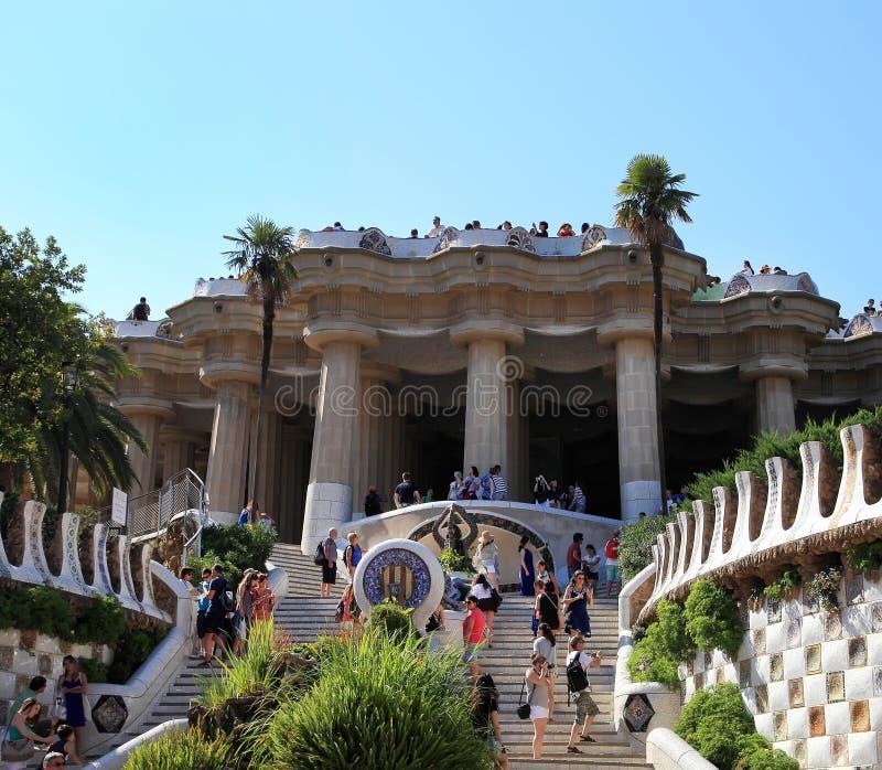 BARCELONA SPANIEN - JULI 8: Det berömt parkerar Guell på Juli 8, 2014 fotografering för bildbyråer