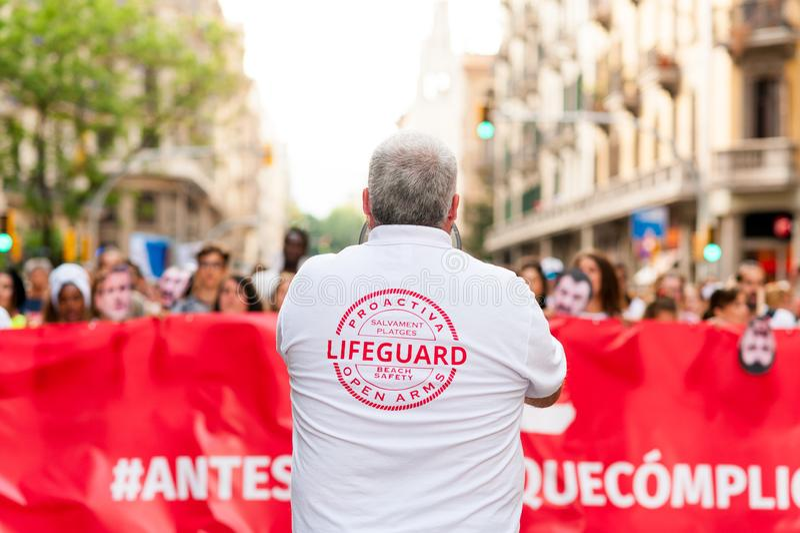 Barcelona Spanien 17 juli 2019: marscherar öppna armar för proactiva rymma banret i protest mot europeiska invandringspolitik och royaltyfri foto