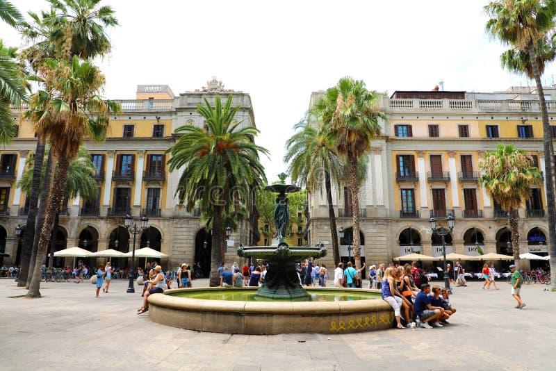BARCELONA SPANIEN - JULI 13, 2018: Plaza som är verklig med springbrunnen i Barcelona Verkliga lögner för Plaza bredvid La Rambla arkivfoton