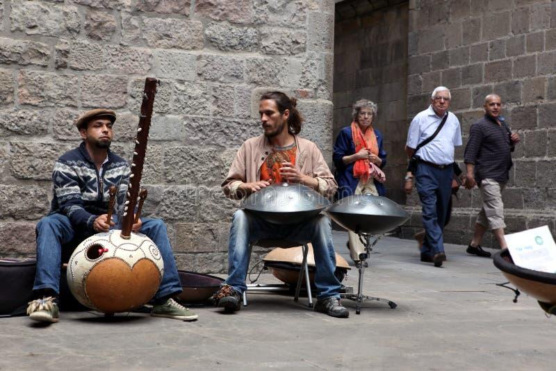 BARCELONA SPANIEN - 9. JUNI: Musiker an der Öffentlichkeit draußen, Barcelona lizenzfreie stockfotografie