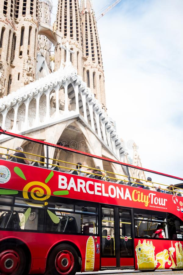 Barcelona Spanien - 20 juni 2019: touristic sightbuss framme av domkyrkan för sagrada familiagränsmärke, symbol av massturism fotografering för bildbyråer