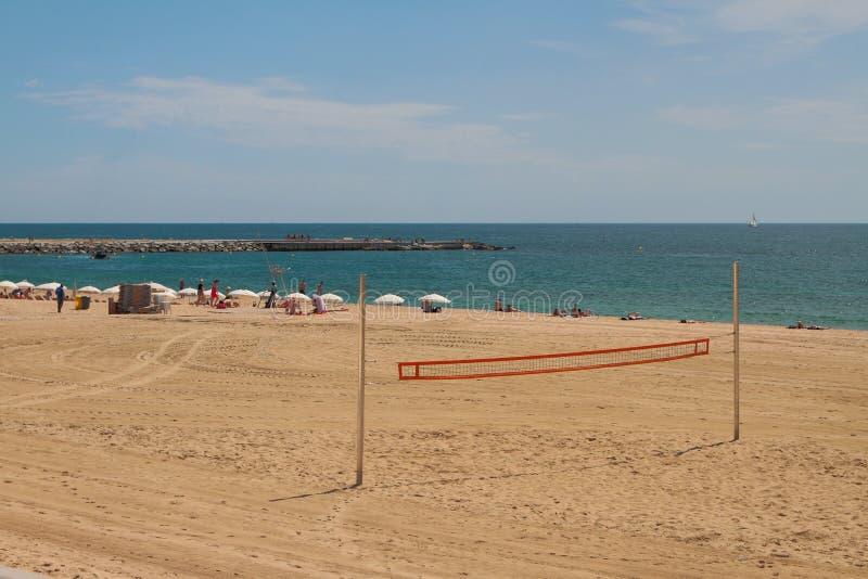 Barcelona, Spanien - 13. Juni 2019: Volleyballnetz, -strand und -meer lizenzfreie stockfotos