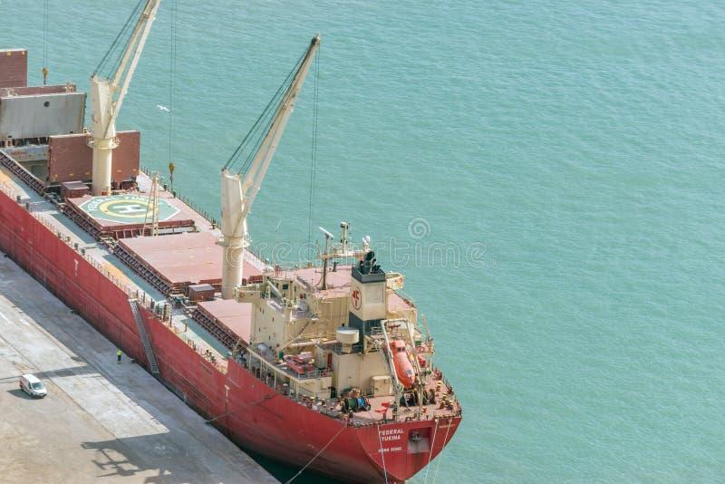 BARCELONA, SPANIEN - 12. März 2019: Frachtschiffe mit Arbeitskränen am Hafen Logistik- und Transporthintergrund lizenzfreie stockfotos