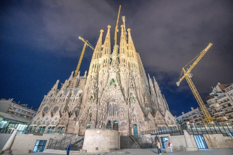 BARCELONA SPANIEN - MAJ 13, 2018: Domkyrka av La Sagrada Familia på natten Det planläggs av arkitekten Antonio Gaudi och är arkivfoton