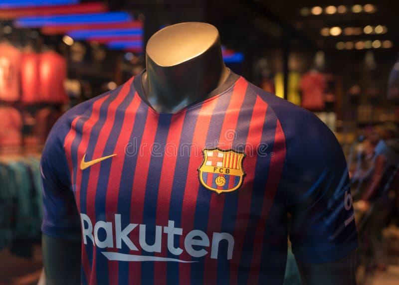 BARCELONA SPANIEN - mars 11, 2019: T-tröja av FCet Barcelona i officiellt lager i den Barcelona staden royaltyfri bild