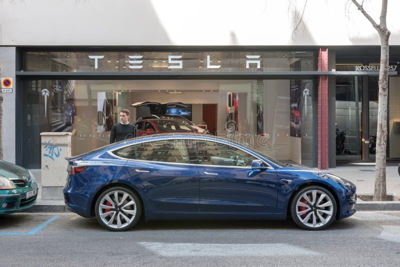 Barcelona Spanien - mars 14, 2019: Tesla billager nära Passeig de Gracia den lyxiga shoppa gatan med Tesla elbilmodell 3 royaltyfria bilder