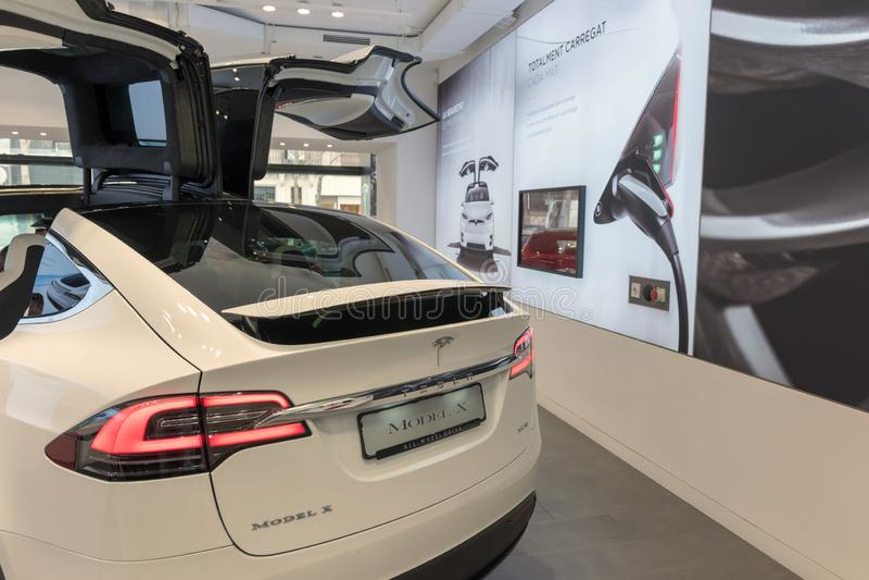 Barcelona Spanien - mars 14, 2019: Tesla billager n?ra Passeig de Gracia den lyxiga shoppinggatan med Tesla elbilmodell X royaltyfri foto