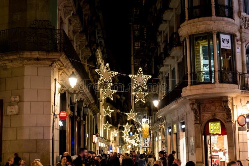 Barcelona Spanien - 24 november 2018: folkmassan av gångare fyller meainvägen med julljus och garneringar på natten royaltyfria foton