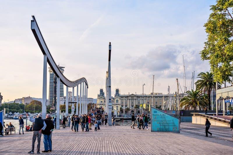 Barcelona, Spanien: Am 13. November 2016: Hölzerner Gehweg Rambla Del Mar über Hafen Vell bei Sonnenuntergang lizenzfreie stockfotografie