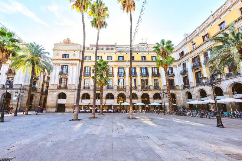 BARCELONA SPANIEN - November 10: Plaza verkliga Placa Reial Kunglig person fyrkantiga Catalonia royaltyfria bilder