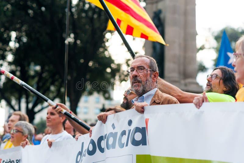 Barcelona Spanien - 1 oktober 2018: kvinnan ser upp på det hållande demokratibanret för den catalan flaggan under protesten för c royaltyfri foto