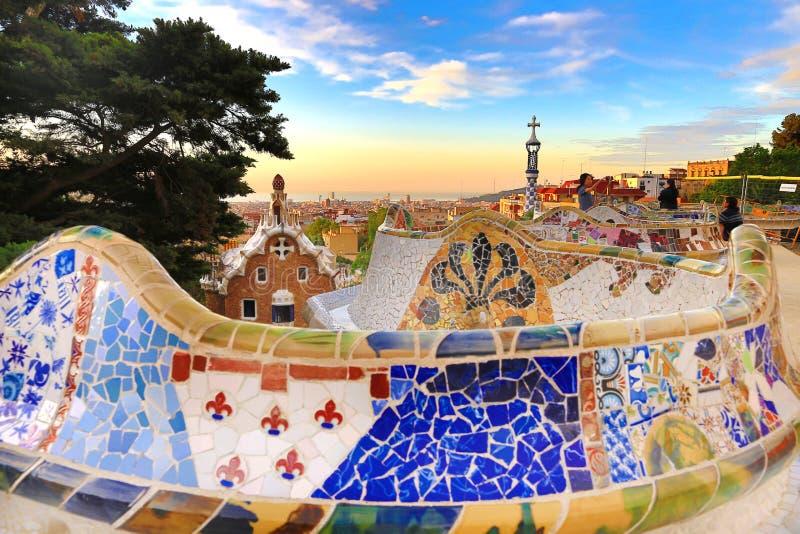 Barcelona Spanien: Parkera Guell Sikten av staden från parkerar Guell i Barcelona soluppgång Parkera Guell av arkitekten Antoni G royaltyfria foton