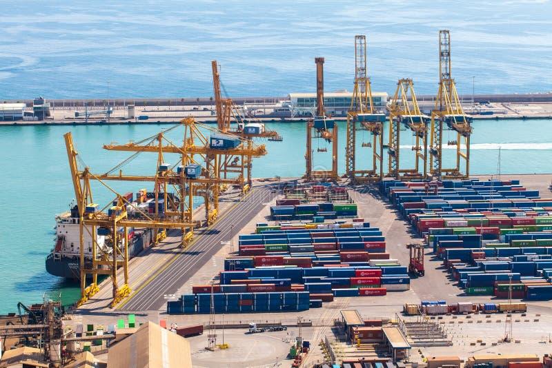 BARCELONA SPANIEN - September, 2017: Industriell port av Barcelona med behållare, Spanien fotografering för bildbyråer