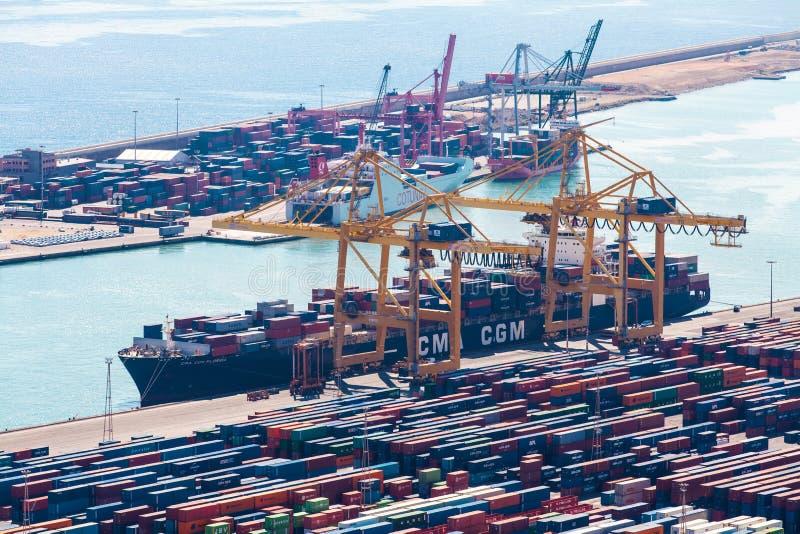 BARCELONA SPANIEN - September, 2017: Industriell port av Barcelona med behållare royaltyfri bild