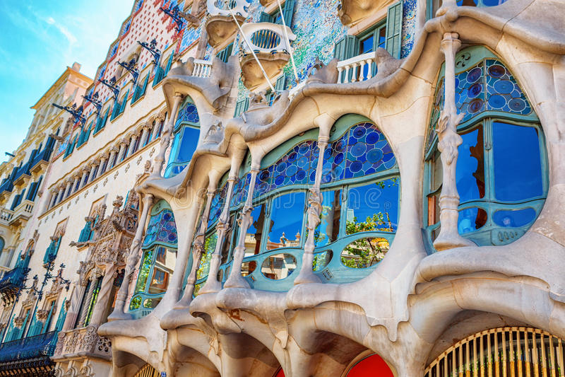 Barcelona, Spanje - 17 April, 2016: De voorgevel Casa Battlo of huis van beenderen door Antoni Gaudi worden ontworpen dat royalty-vrije stock afbeeldingen