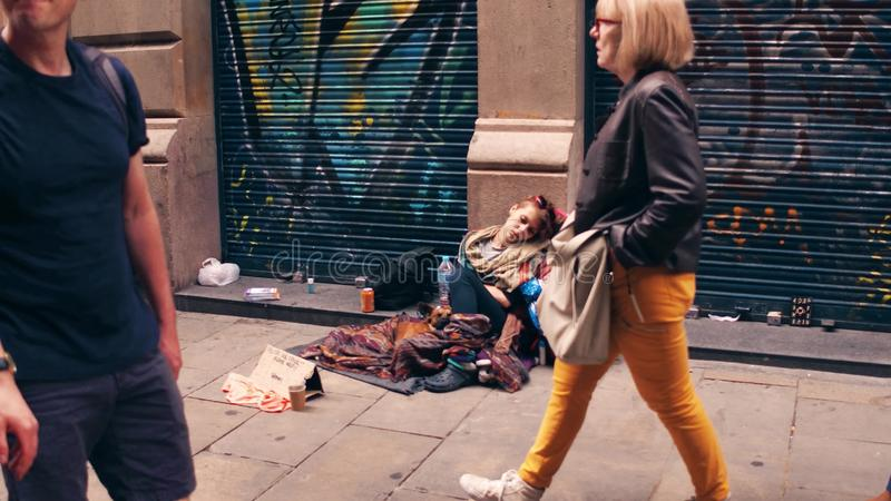 BARCELONA, SPANJE - APRIL, 15, 2017 Jonge bedelaar in de straat stock foto's