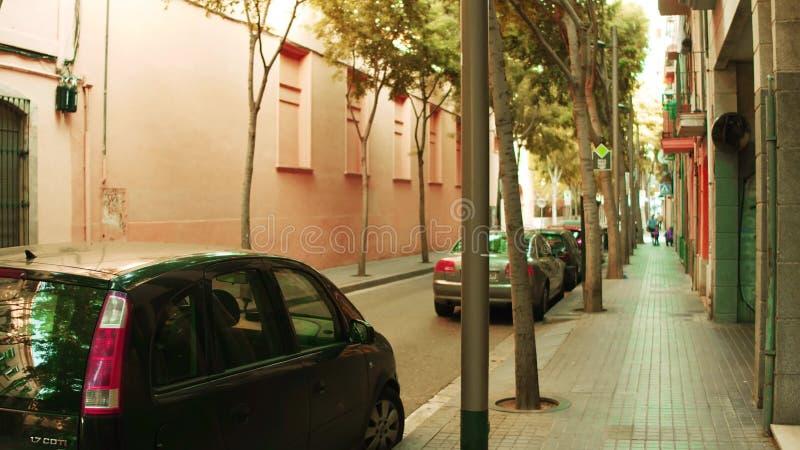 BARCELONA, SPANJE - APRIL, 15, 2017 Ondiep nadrukschot van een smalle straat met geparkeerde auto's royalty-vrije stock afbeelding