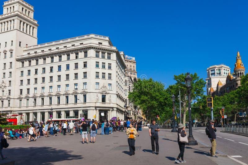BARCELONA, SPANJE - APRIL 16: Weergeven van het Vierkant van Catalonië in Barcelona, Spanje 16 Aplril 2017 Beroemde toeristenbest royalty-vrije stock afbeelding