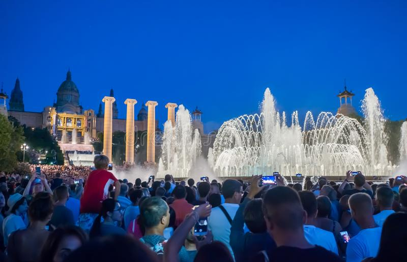 Barcelona, Spanje - Augustus 5, 2018: Het beroemde Magische Fonteinlicht toont bij nacht Plein Espanya in Barcelona, Spanje royalty-vrije stock foto
