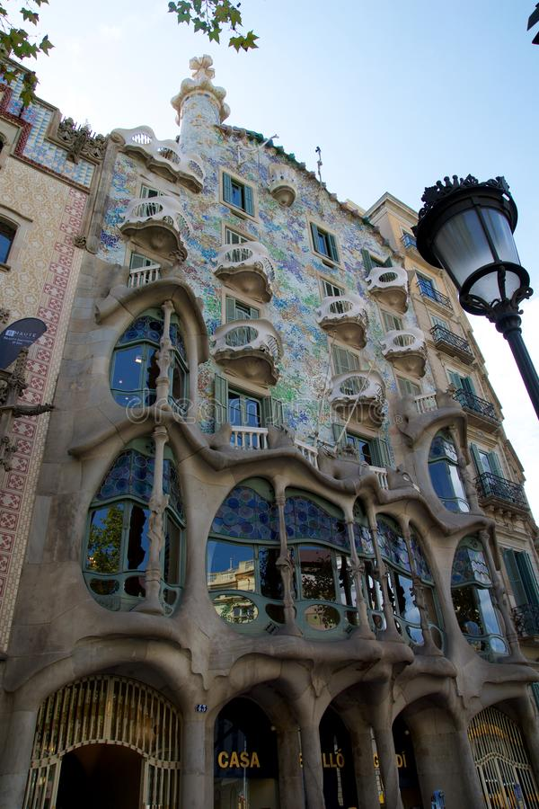 BARCELONA, SPANJE - 30 AUGUSTUS, 2017: Het buigen vormde steenvoorgevel van Gaudi ` s Casa Batllo, openluchtmening op een zonnige stock fotografie