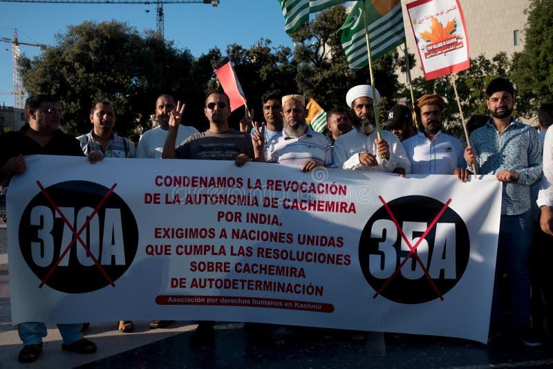 Barcelona, Spanje - 10 augustus 2019: Kashmir en het Pakistaanse ingezetenenprotest en tonen tegen Indiër aan herroepen van auton royalty-vrije stock foto's