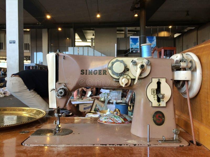 Barcelona, Spanje - Augustus 21, 2016: retro uitstekende koopwaar van naaimachinegoederen op vlooienmarkt stock afbeelding
