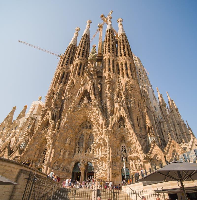 Barcelona, Spanje - Augustus 5, 2018: Sagrada Familia in het Spaans Weergeven van de hoge torens in bouw stock fotografie