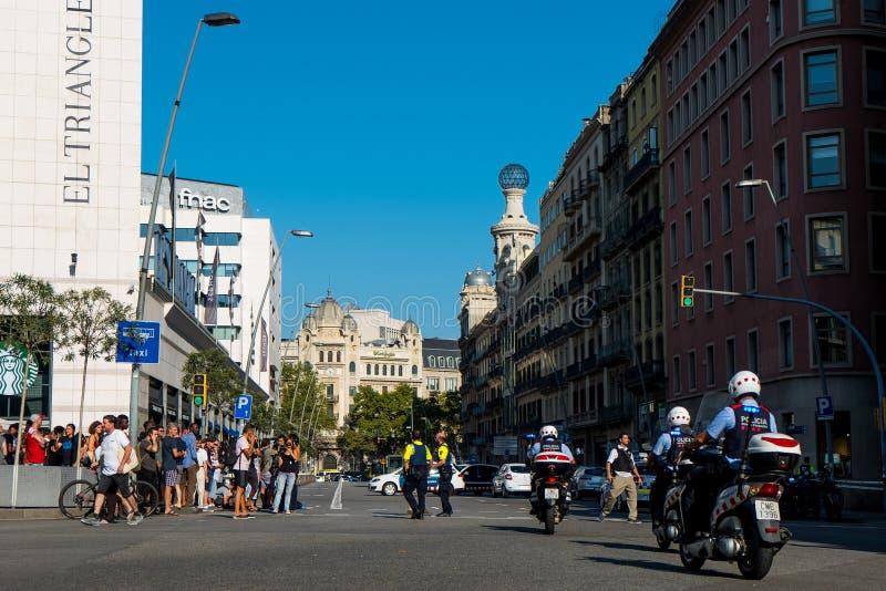 Barcelona, Spanje - 17 Augustus 2017: Spaanse politiepatrouille het stadscentrum dichtbij placacatalunya na terroristische aansla royalty-vrije stock fotografie