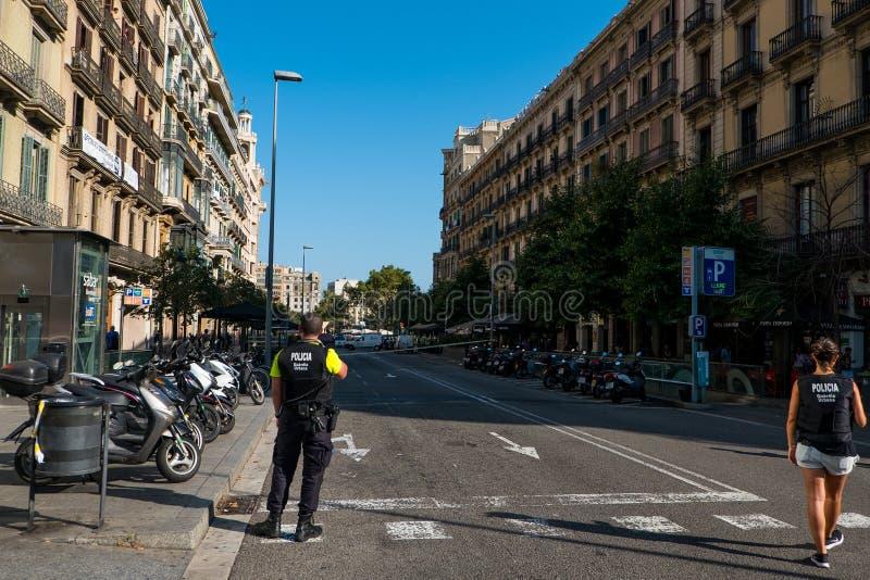 Barcelona, Spanje - 17 Augustus 2017: Spaanse politiepatrouille het stadscentrum dichtbij placacatalunya na terroristische aansla stock foto's