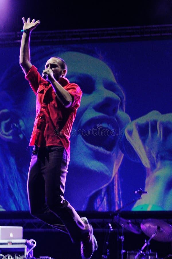De band van Delafe y las Flores Azules presteert in Palau Sant Jordi stock foto's