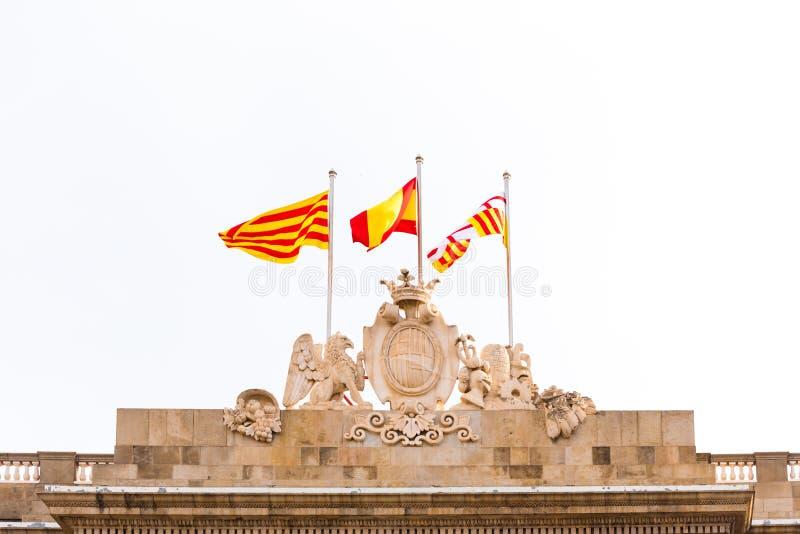 BARCELONA, SPANJE - FEBRUARI 16, 2017: De Gemeenteraadbouw Wapenschild en vlaggen van Spanje Exemplaarruimte voor tekst stock foto