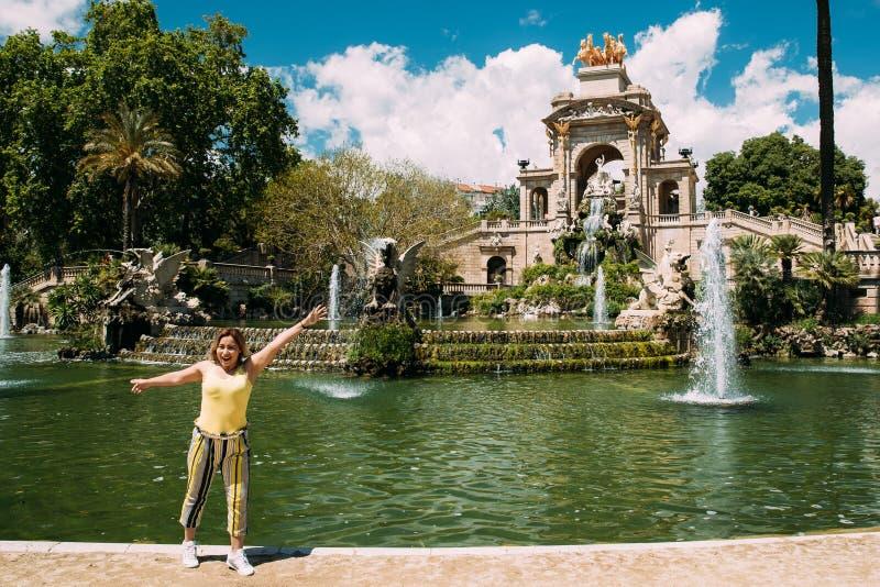 Barcelona, Spanje Het jonge Gelukkige Vrouw Stellen voor Foto dichtbij Citadel royalty-vrije stock fotografie
