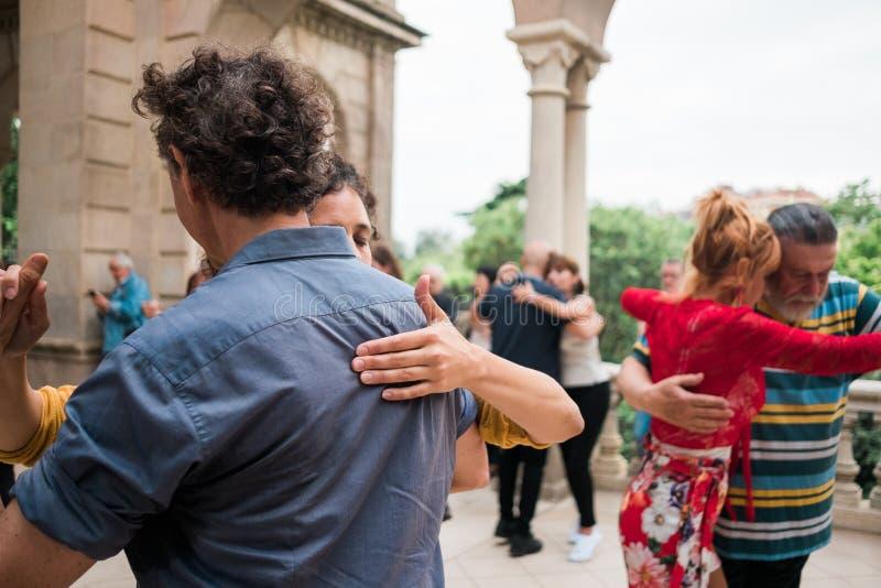 Barcelona, Spanje - 10 juli 2019: de volwassen paren het dansen Argentijnse tango in in openlucht parkeert zich het bewegen dicht stock fotografie