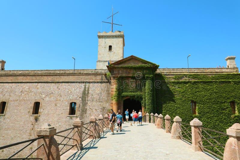 BARCELONA, SPANJE - JULI 12, 2018: ingang van Montjuic-Kasteelmensen die de oude militaire vesting bovenop Montjuïc-heuvel bezoe stock afbeelding