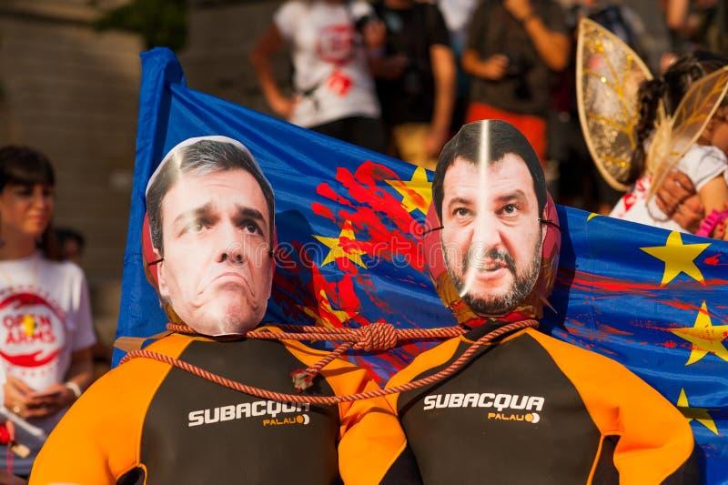 Barcelona, Spanje 17 juli 2019: jong de holdingsrubberbootje van activistenmaart met Europese Unie vlag en Matteo Salvini en Pedr royalty-vrije stock afbeelding
