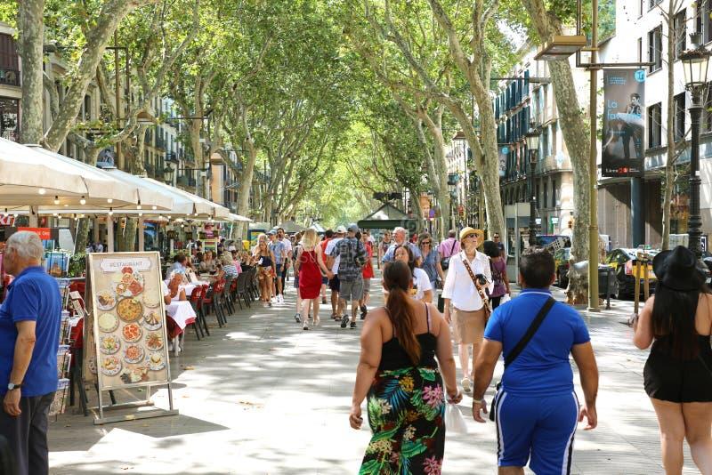 BARCELONA, SPANJE - JULI 13, 2018: mensen die in beroemde pedes lopen royalty-vrije stock afbeeldingen