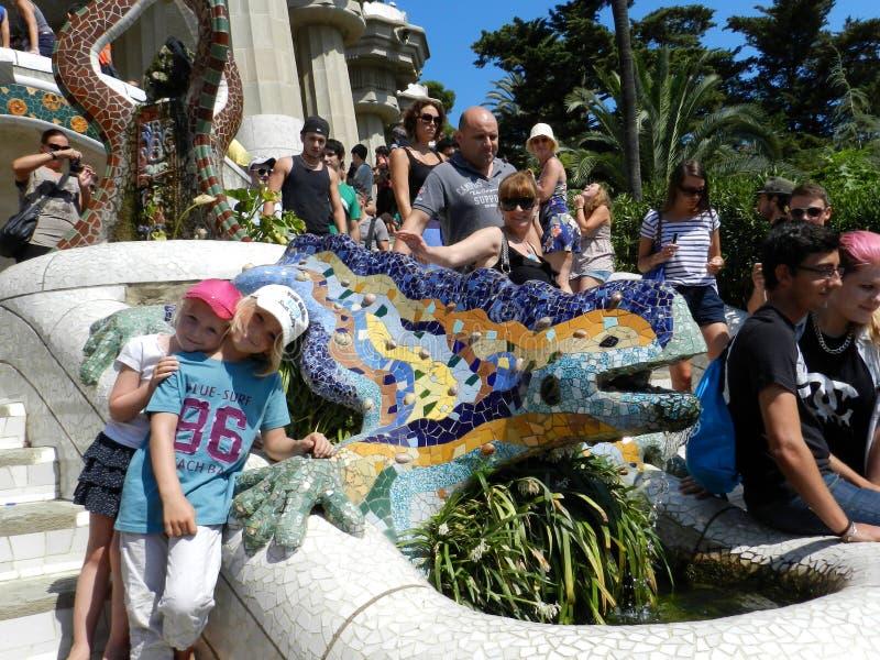 Barcelona, Spanje Kinderen met Dragon Fountain bij Park Guell stock fotografie