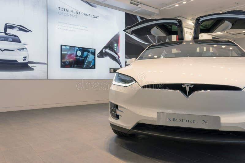 Barcelona, Spanje - Maart 14, 2019: De opslag van Teslaauto's dichtbij Passeig DE Gracia luxe het winkelen straat met elektrisch  stock foto