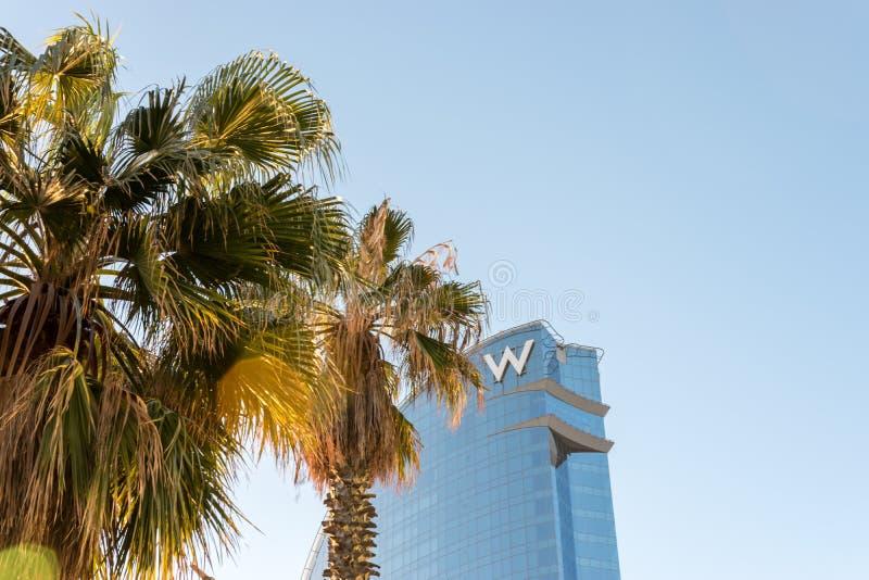 Barcelona, Spanje - Maart 17, 2019: Het Weergeven van w-hotel als de Hotelvelum wordt bekend vaart Hotel bij de haven van de stad royalty-vrije stock afbeeldingen